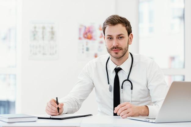 Scrittura del medico del colpo medio