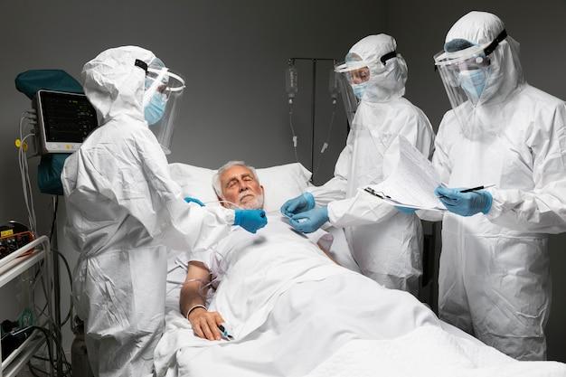 중간 샷 의사와 감염성 환자