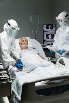 중간 샷 의사와 멀미 용 환자