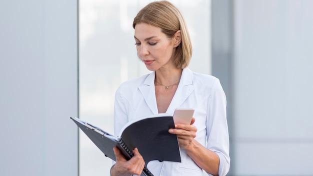 Предприниматель среднего кадра смотрит на файл
