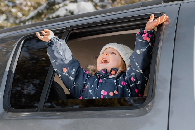 車の中でミディアムショット興奮した女の子