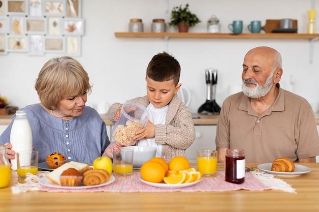 Семья среднего размера за столом