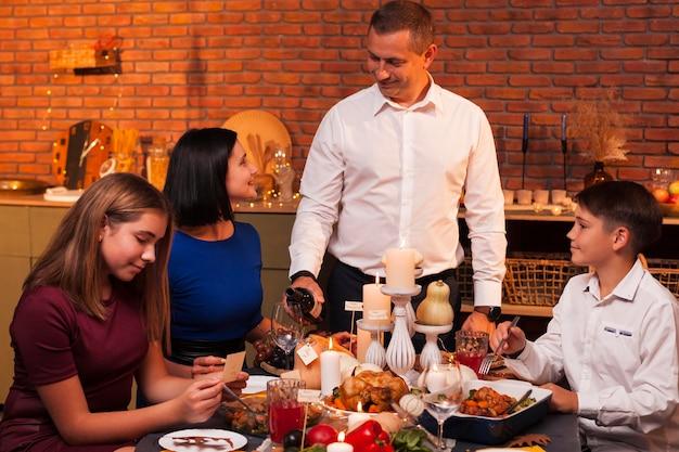 感謝祭のテーブルでミディアムショットの家族