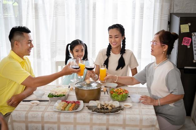 Семейные звонкие бокалы среднего размера