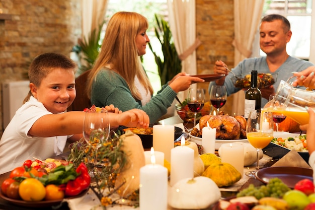 夕食を食べているミディアムショットの家族