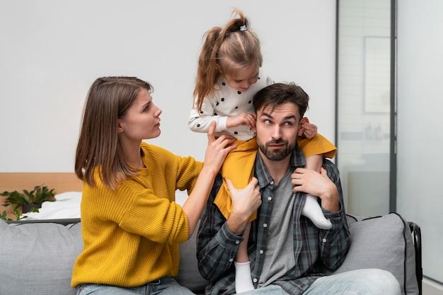 Семья среднего размера, весело проводящая время дома