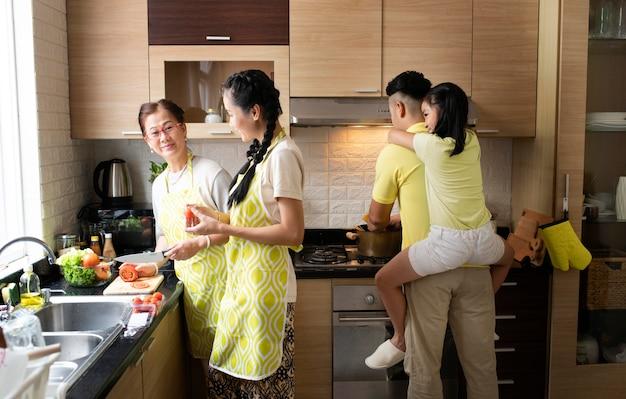 キッチンでミディアムショットの家族