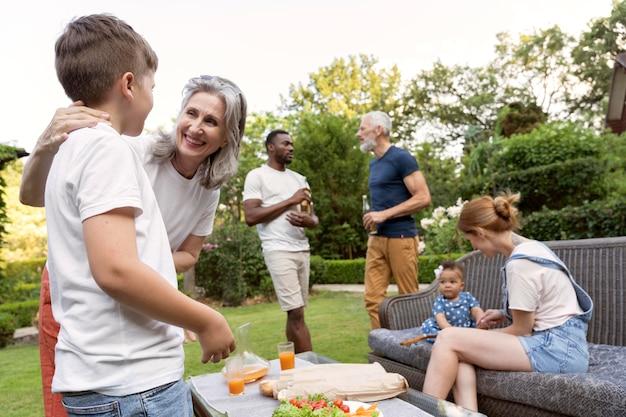 Riunione di famiglia a colpo medio con cibo all'aperto