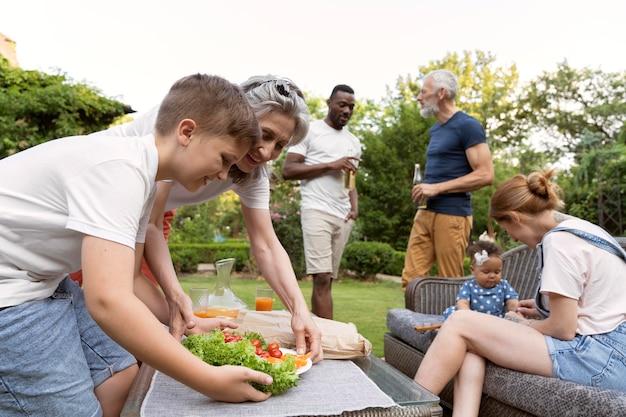 Riunione di famiglia di livello medio con il cibo