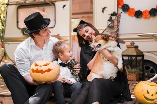 かわいい犬とミディアムショットの家族