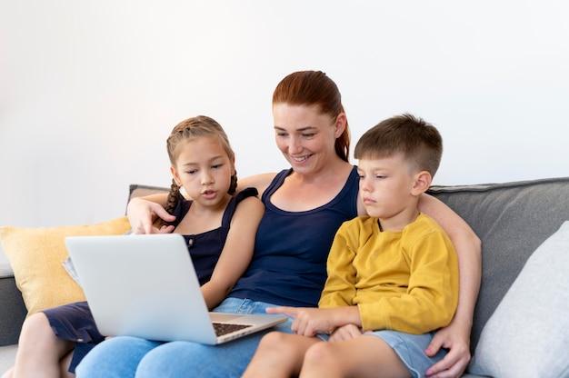 Famiglia a ripresa media con laptop