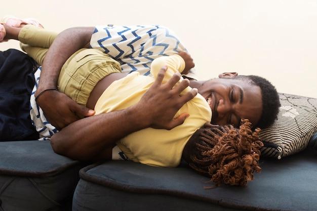 ソファの上のミディアムショットの父と女