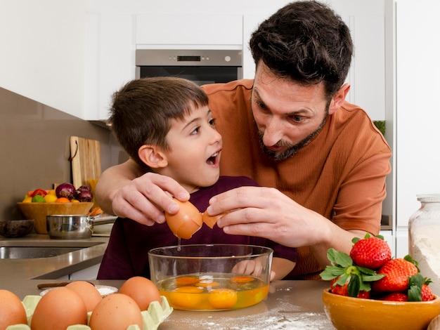 キッチンでミディアムショットの父と子