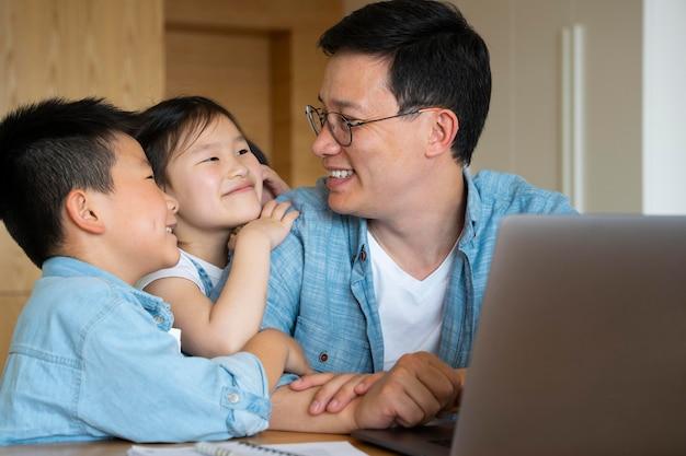 중간 샷 아버지와 아이들 집 에서요