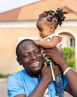 ミディアムショットの父と小さな子供