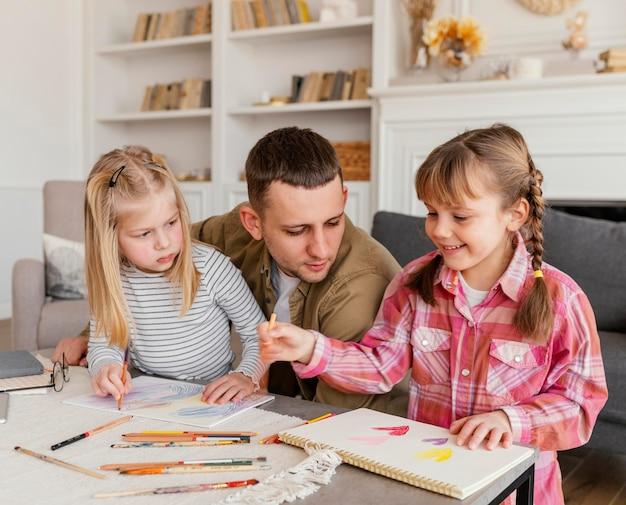 Padre e ragazze a tiro medio