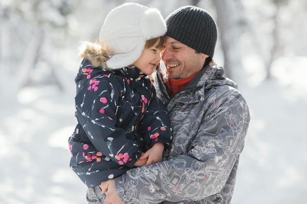 Средний выстрел отец держит ребенка