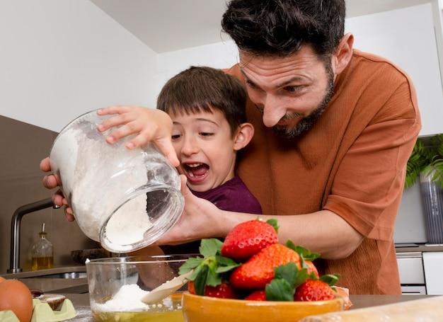 Padre e figlio a tiro medio con vaso di farina