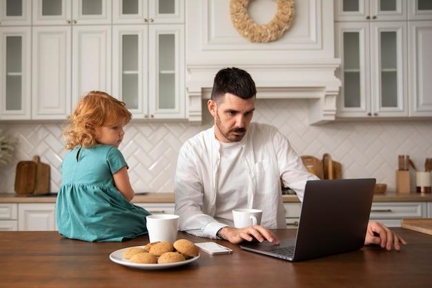 Padre e figlio a tiro medio con laptop