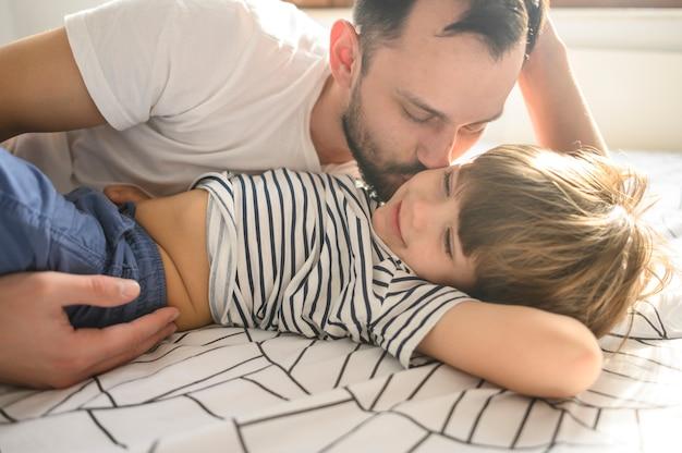 Средний выстрел отец целует сына