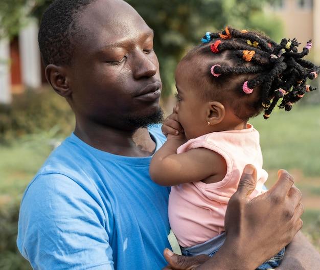 Padre e bambina a tiro medio