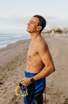 Nuotatore misura colpo medio in spiaggia
