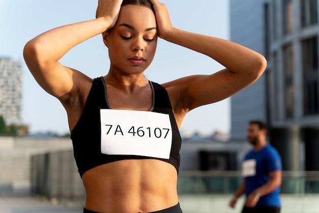 Colpo medio donna in forma all'aperto