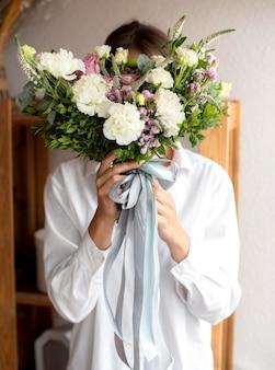 花束とミディアムショット花屋