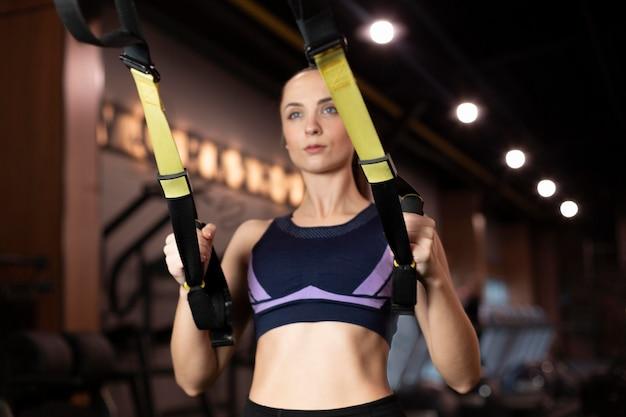ミディアムショットに焦点を当てた女性のトレーニング