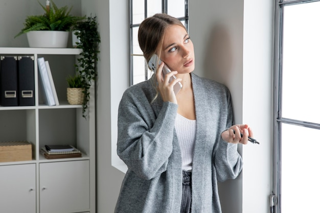 Фрилансер среднего кадра разговаривает по телефону