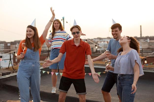 ミディアムショットの友達が踊る