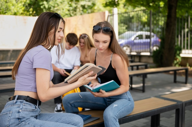 Amici di tiro medio con i libri