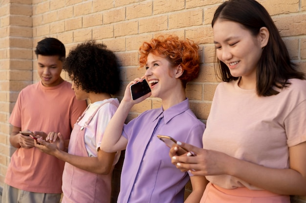 Средний снимок друзей с устройствами