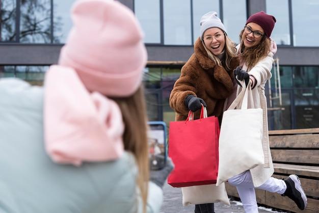 ショッピングバッグを持ったミディアムショットの友達