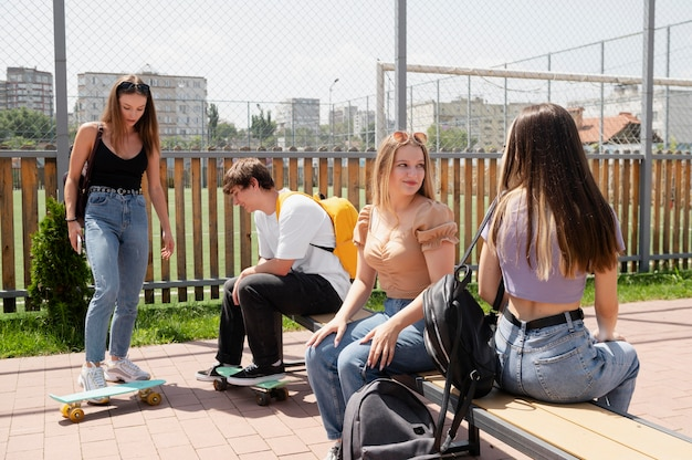 Amici di tiro medio con skateboard all'aperto