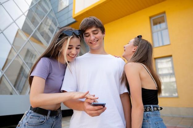 Amici di tiro medio con smartphone