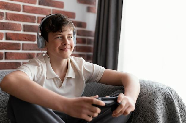 Геймер среднего уровня, играющий с контроллером