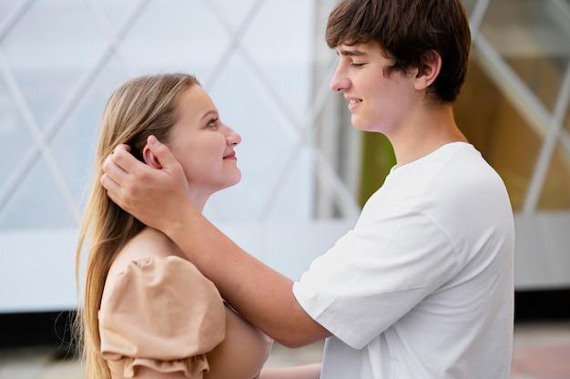 미디엄 샷 소녀와 사랑에 빠진 소년