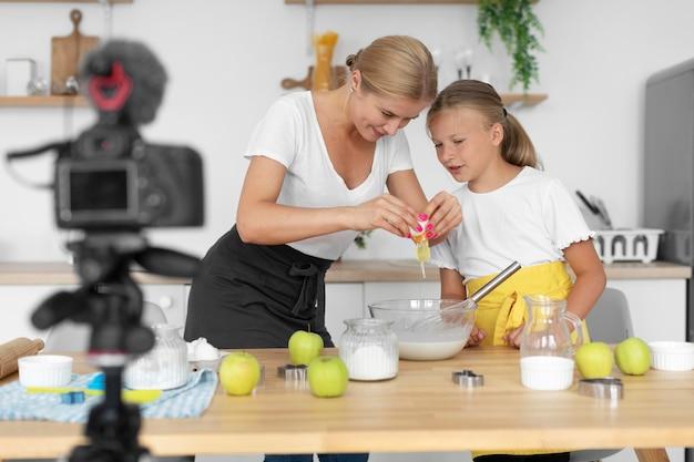 ミディアムショットの女の子と女性が一緒に料理