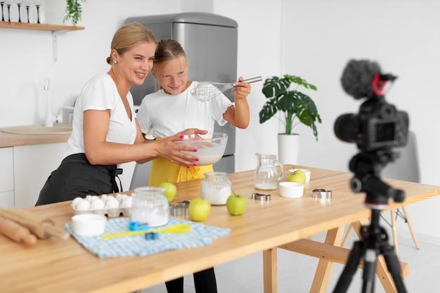 ミディアムショットの女の子と女性の料理