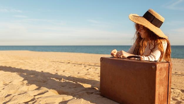 Девушка среднего выстрела на пляже