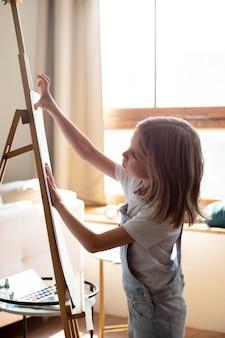 Девушка среднего плана, будучи художницей