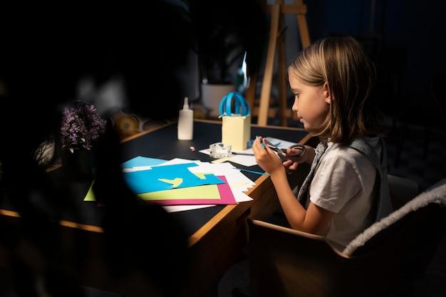 Девушка среднего плана занимается творчеством дома