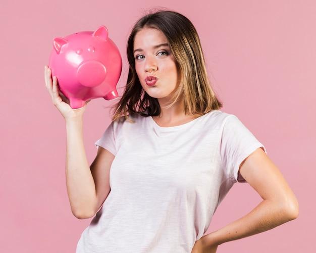 ミディアムショットの女の子、貯金を保持