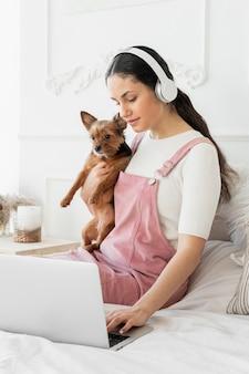 犬を抱くミディアムショットの女の子