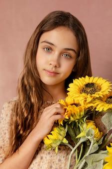 花を持っているミディアムショットの女の子