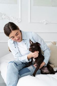 ミディアムショットの女の子の愛犬