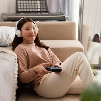 ゲームをしているミディアムショットの女の子