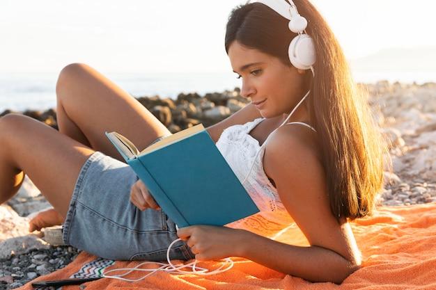 Девушка среднего кадра читает книгу