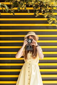 Средний снимок девушка делает фотографии